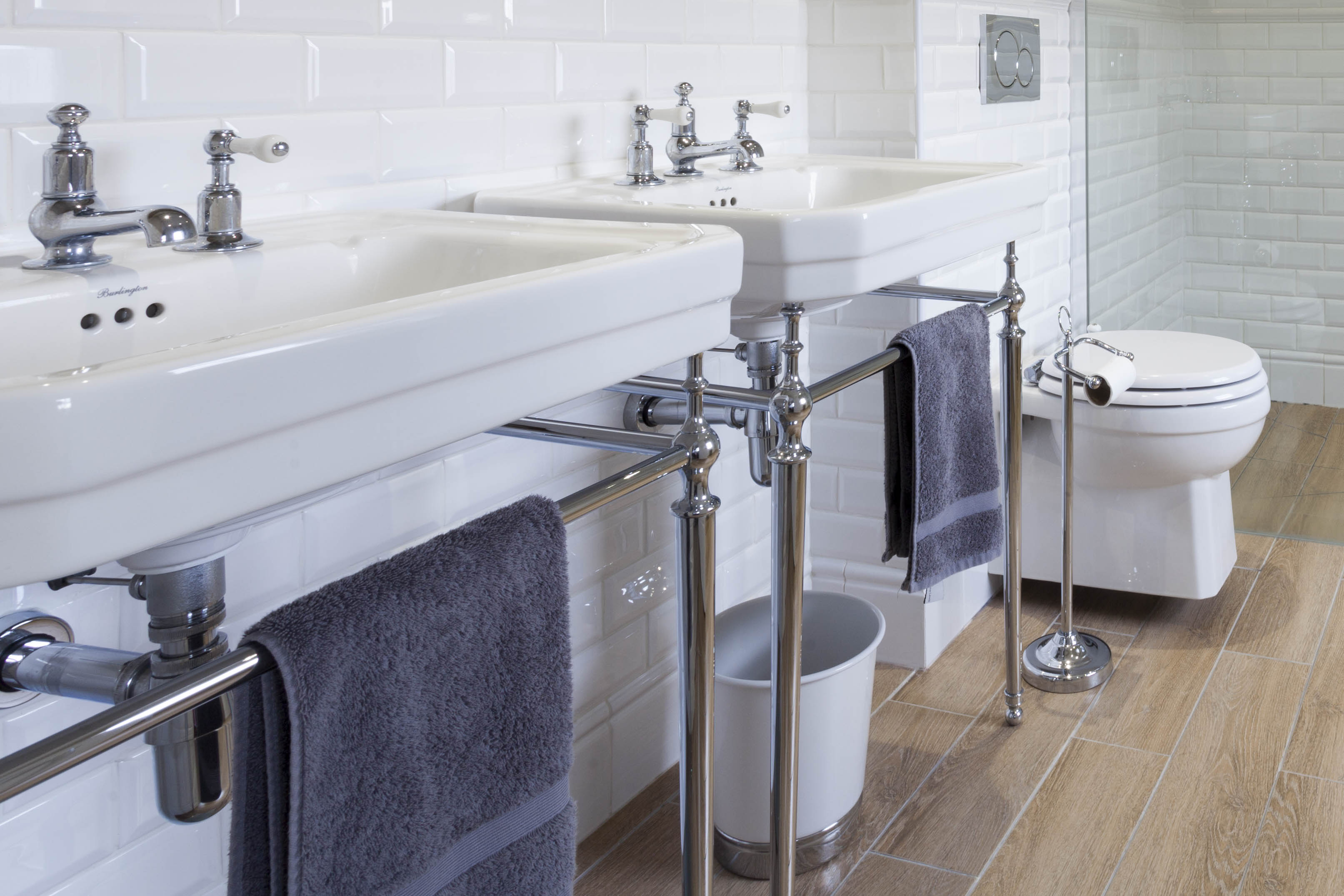 раковины с металлическим подстольем в большой ванной комнате