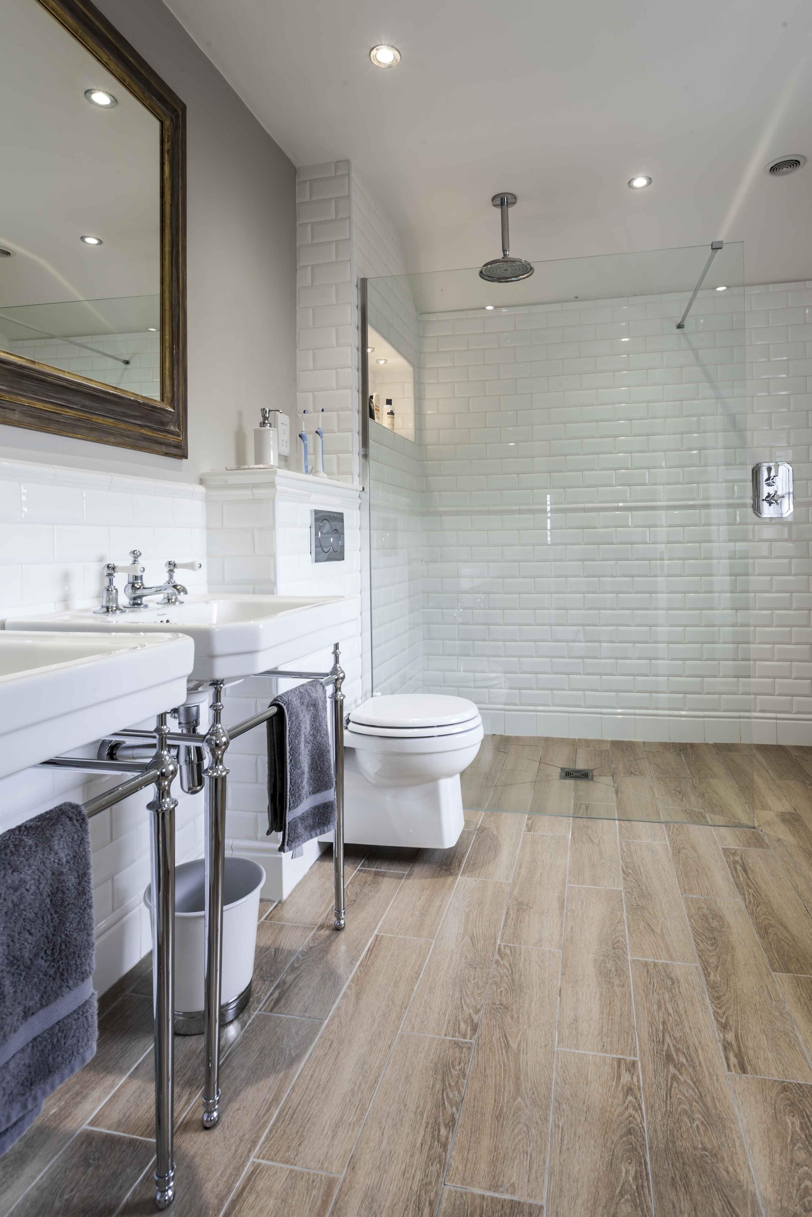 подвесной унитаз в большой ванной комнате с 2 раковинами