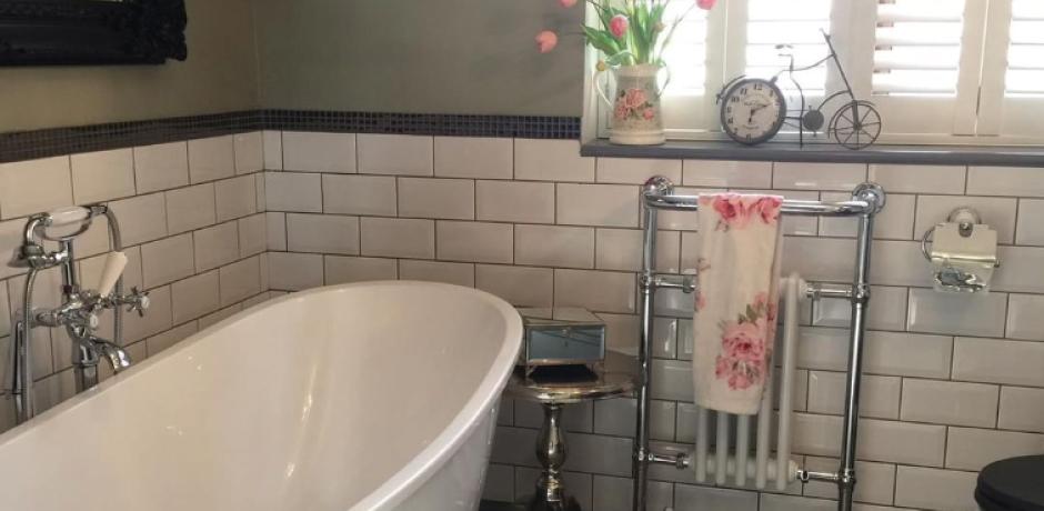 ванна с окрашенными стенами и с плиткой